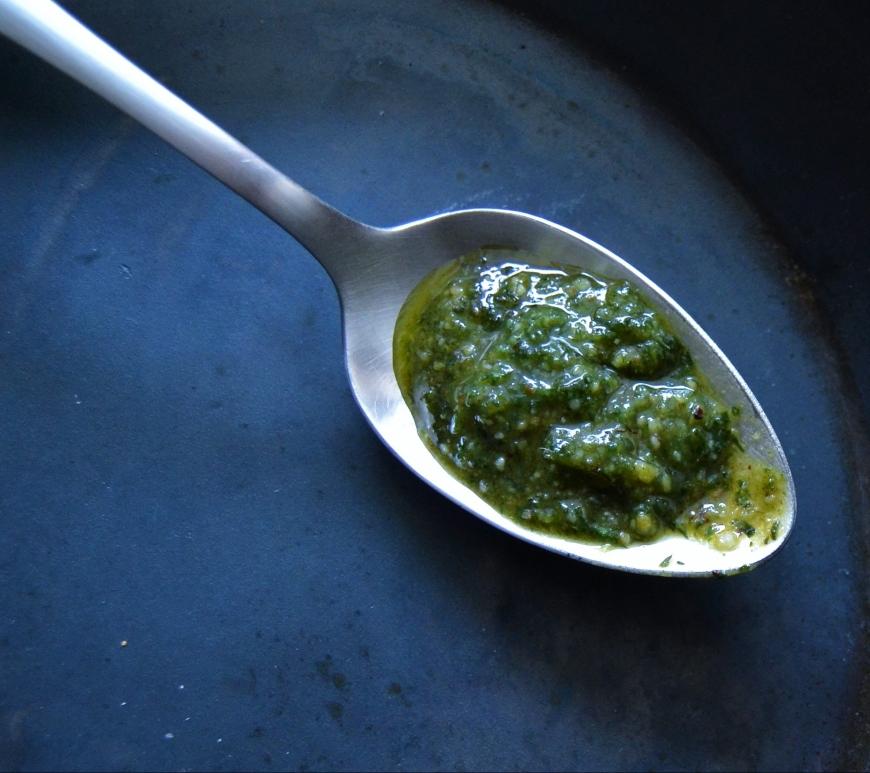 Gußeiserne Pfanne mit Grünem Karotten Pesto für Kochen ist Emotion von Rudi Mehlgarten